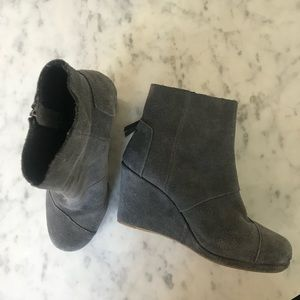 Tom's grey suede wedge boots